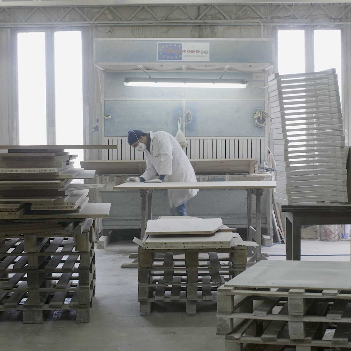 falegname che leviga il legno