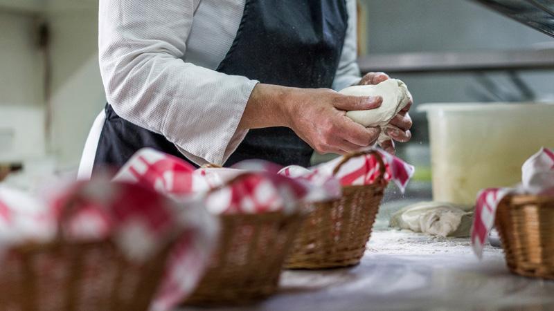 mani che impastano il pane