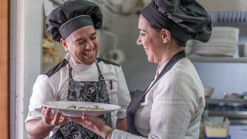 Chef divertiti a lavoro
